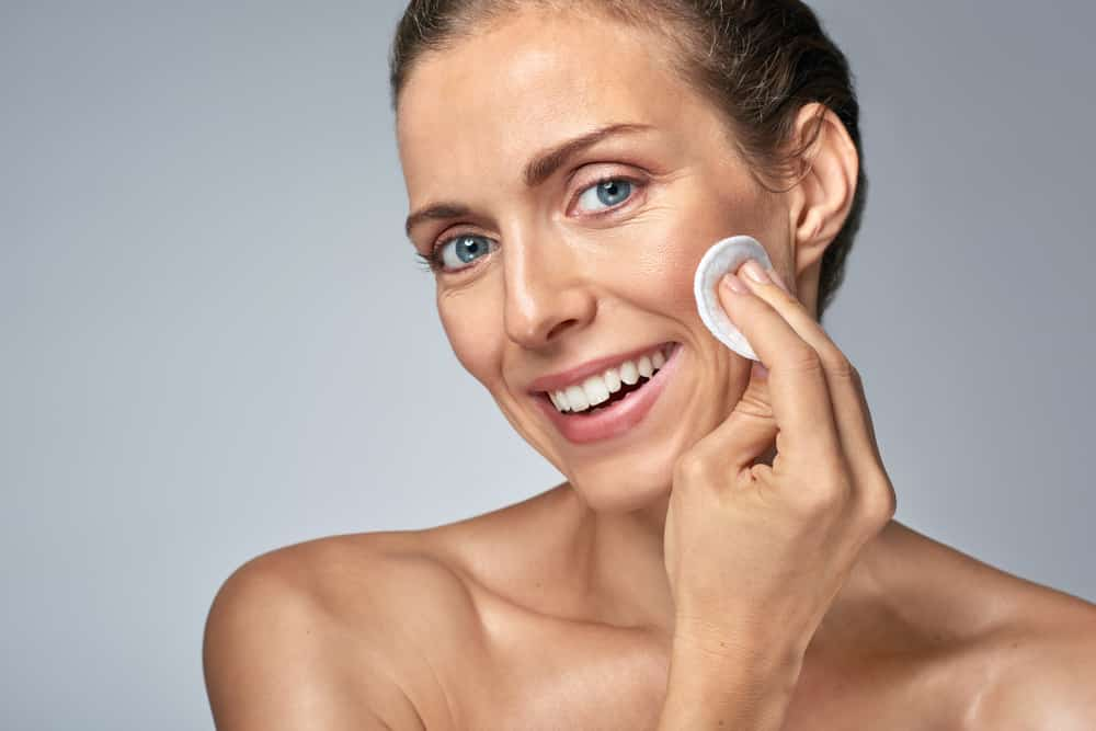 Después de los 50 el cuidado de la piel exige más de ti. Nútrela y usa protector solar con un espectro por encima de 50.