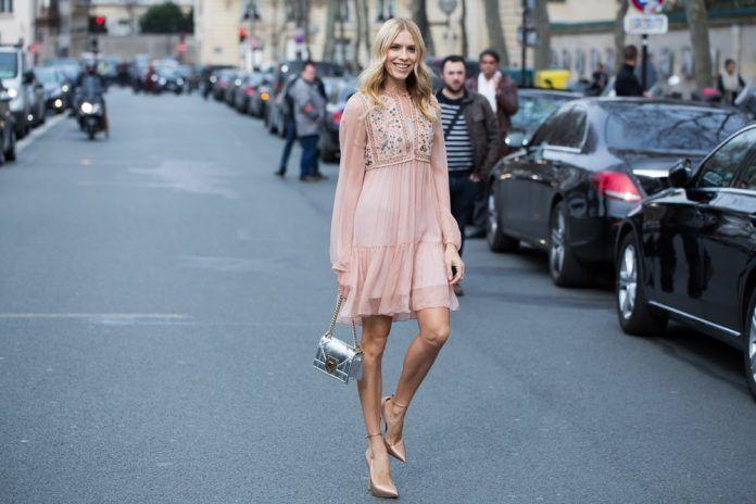 Una forma de verte más alta es usando vestidos y faldas sobre la rodilla.