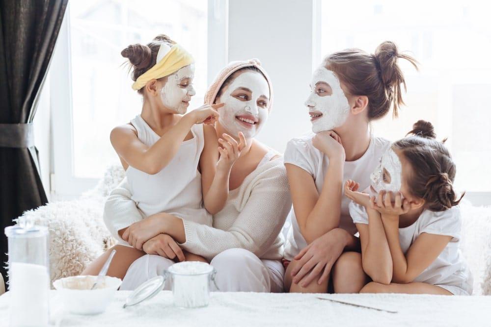 Aprovecha el tiempo libre con tus hijas para preparar una mascarilla natural. Les encantará aprender trucos sobre la rutina de belleza junto a su mami.