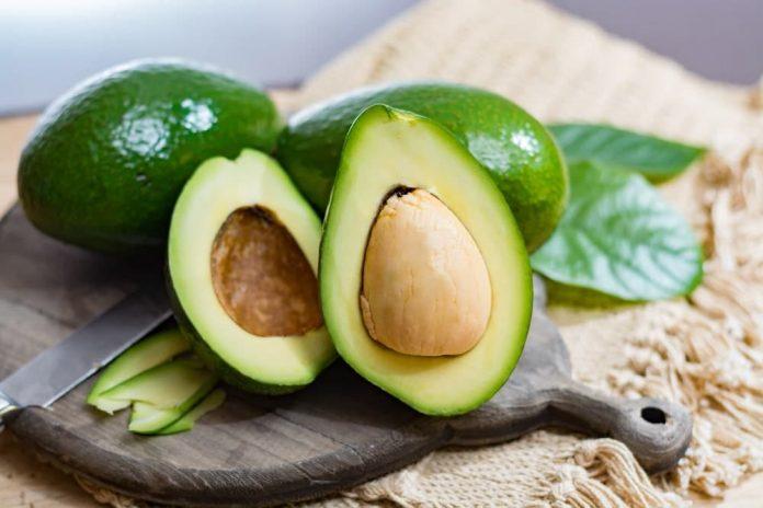 El aguacate es un frito con múltiples beneficios para la salud, entre ellos la cantidad de la vitamina A,C, D, E y k además de áciso fólico, omega 3. potasio, entre otros.