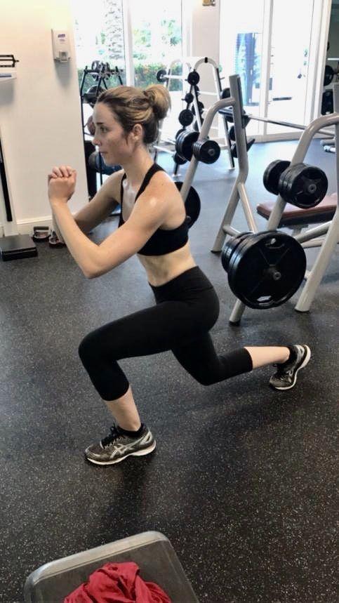 Una rutina de ejercicios ayuda a fortalecer tu sistema inmune, a bajar el estrés, a sentirte fuerte y a mantener tu estado físico. Todo esto contribuye además con la rutima de belleza de una mujer moderna y empoderada