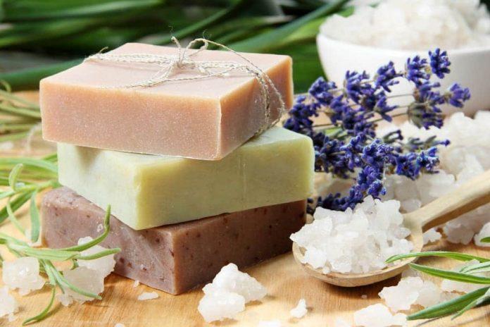 Los jabones naturales cada vez son más usados por los beneficios que le aporta a la piel.