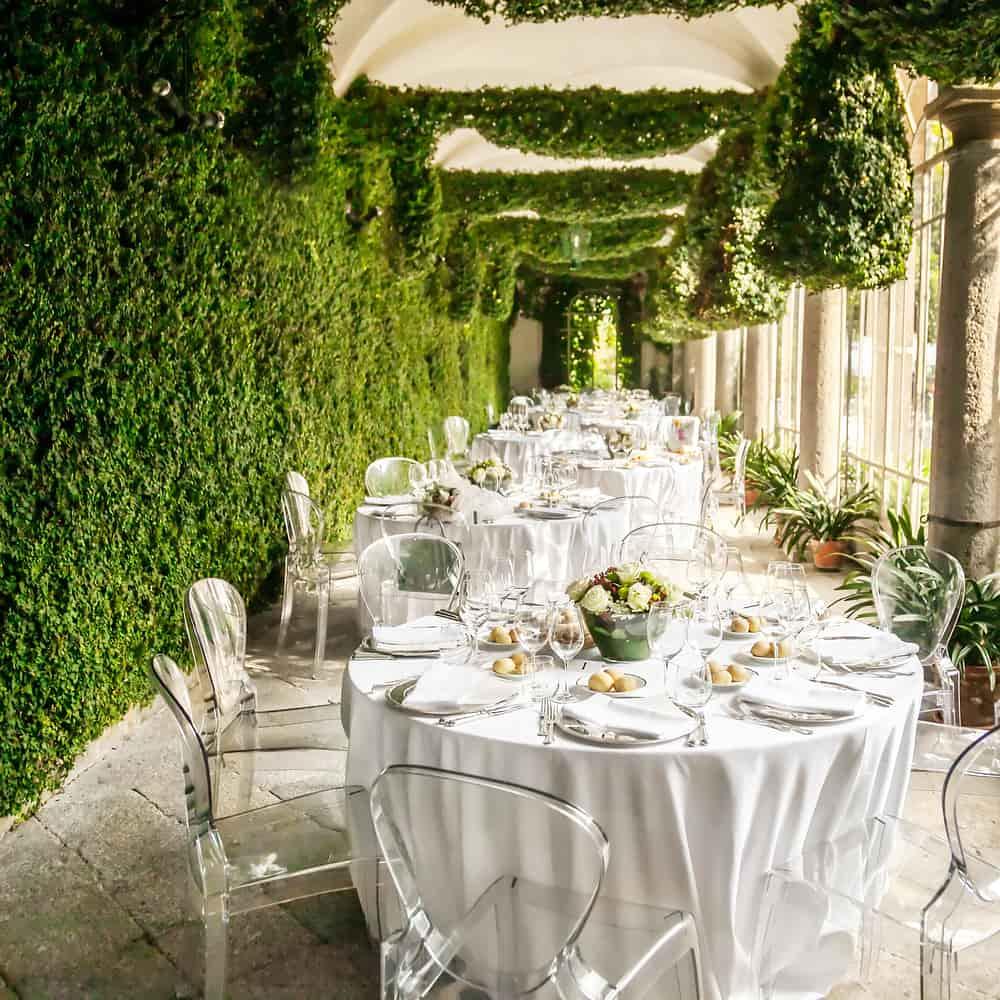 La naturaleza juega un papel importante en la decoración. Involucra espacios naturales y vivos para tu boda.