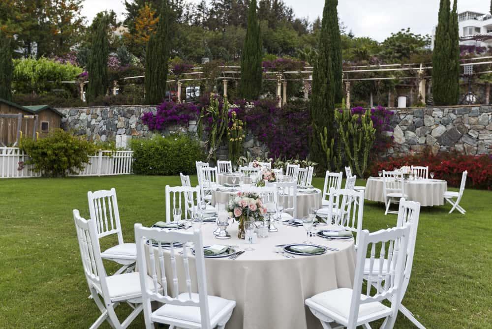 Si las mesas están en el jardín, no necesitan un gasto extra en ambientación. El jardín es el marco ideal.