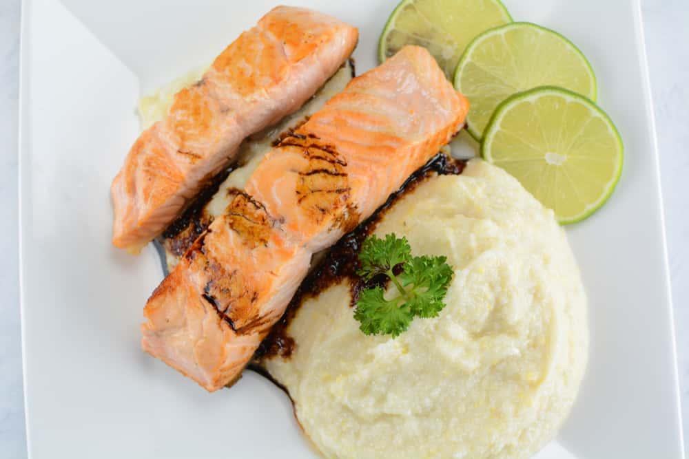 Entre los almuerzos saludables y fáciles de hacer está un filete de salmón con puré de coliflor. Es una comida completa que satisface las necesidades alimenticias y es baja en calorías.