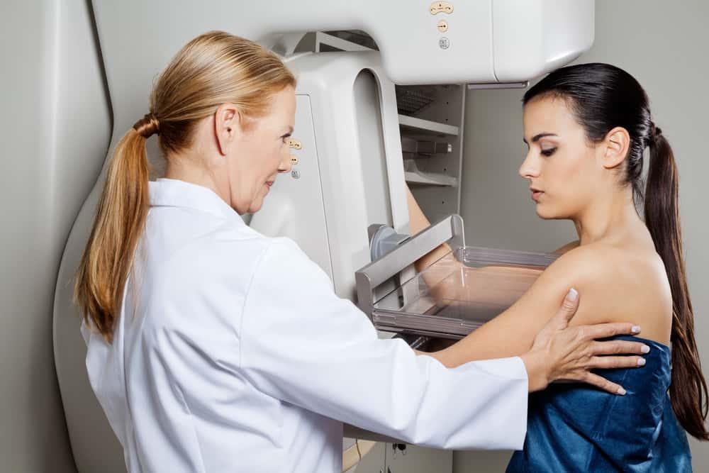Realizarte una mamografía al año contribuye a prevenir el cáncer de seno.