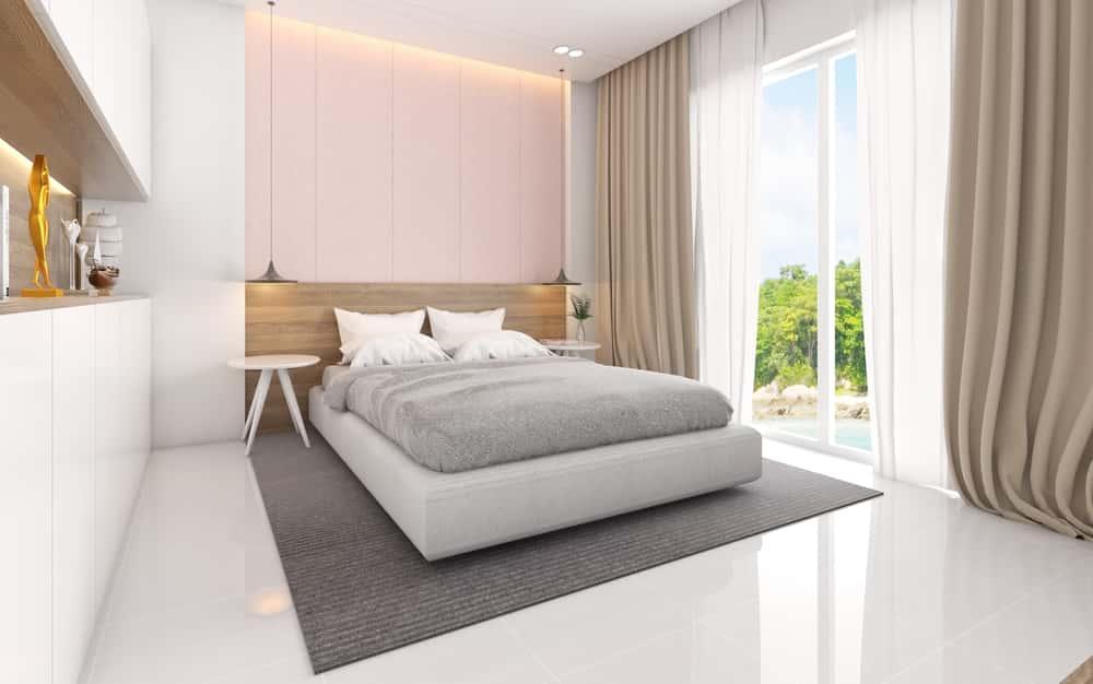 Pinta la pared detrás del cabecero en rosa , un tono que junto al color blanco crean ambientes relajantes.
