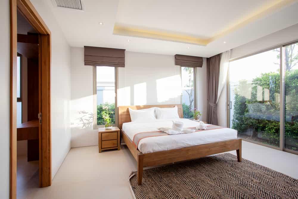 El color blanco en las paredes de la habitación ayuda a crear un ambiente pulcro y tranquilo. Este tono puedes usarlo en las paredes, cortinas y en la lencería. El color blanco se fusiona perfectamente con todos los tonos. Con la gama de los bambú y los beige es muy recomendable su uso para propiciar un buen descanso.