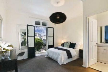 El color blanco en la habitación beneficia el sueño y crea un espacio tranquilo y relajante.