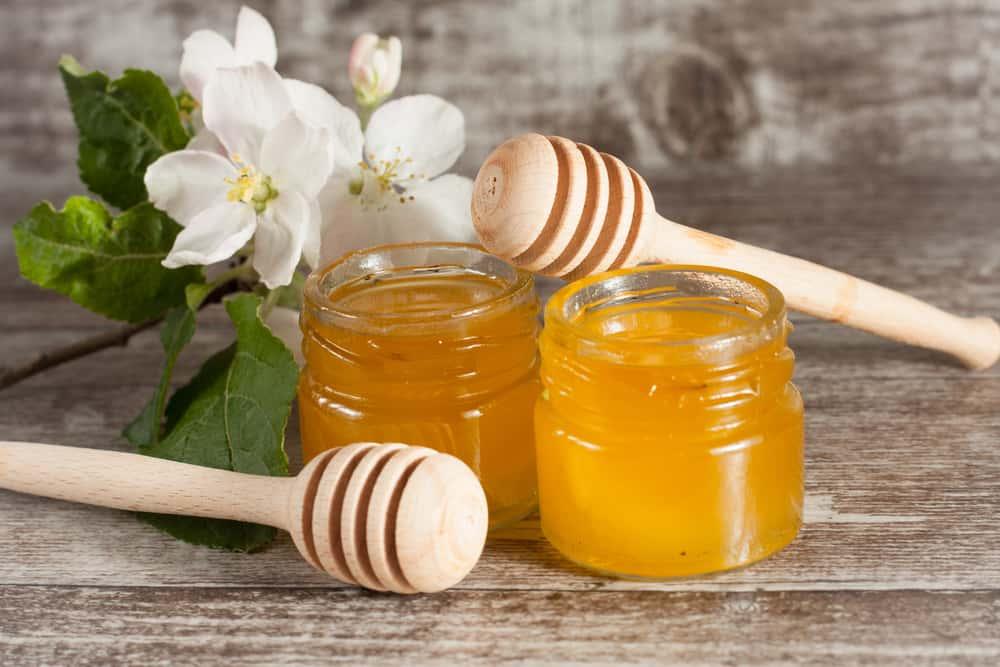 Para mejorar la piel reseca prepara en casa un exfoliante de mil con azucar. Esto ayuda a eliminar las células muertas y suaviza la textura de la piel