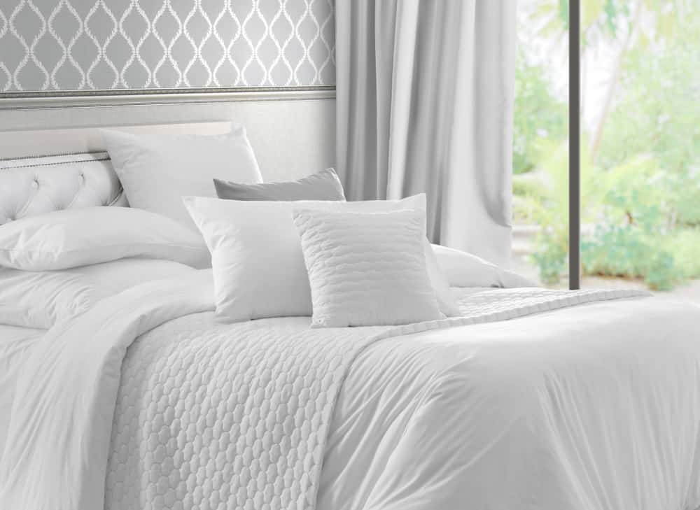 Tu habitación es el lugar donde debes sentirte mimada. Usa el color blanco en la lencería de la cama, elige un edredón acolchado y almohadones blancos inmaculados. Complementa el espacio con cortinas del mismo tono. Prepara tu oasis de paz en tu lugar de descanso.