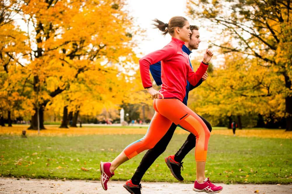 Entre los beneficios del ejercicio para la salud está el correr o caminar a un paso rápido. Esto contribuye a darle años a tu vida