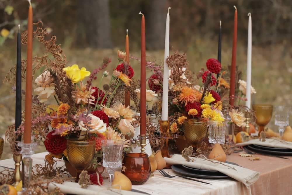 Las velas son el complemento perfecto en la decoración de Acción de Gracias. Ponlas en tonalidades de otoño para crear el mood del momento.