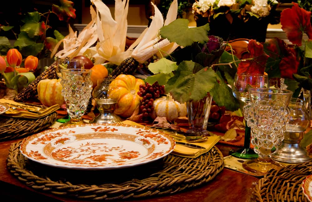 Las calabazas, las hojas secas y frescas así como los tonos tierra son los protagonistas de la decoración de la mesa de thanksgiving.