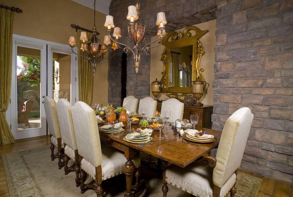En la decoración de mesa para Thanksgiving utiliza calabazas, alcachofas y frutas.