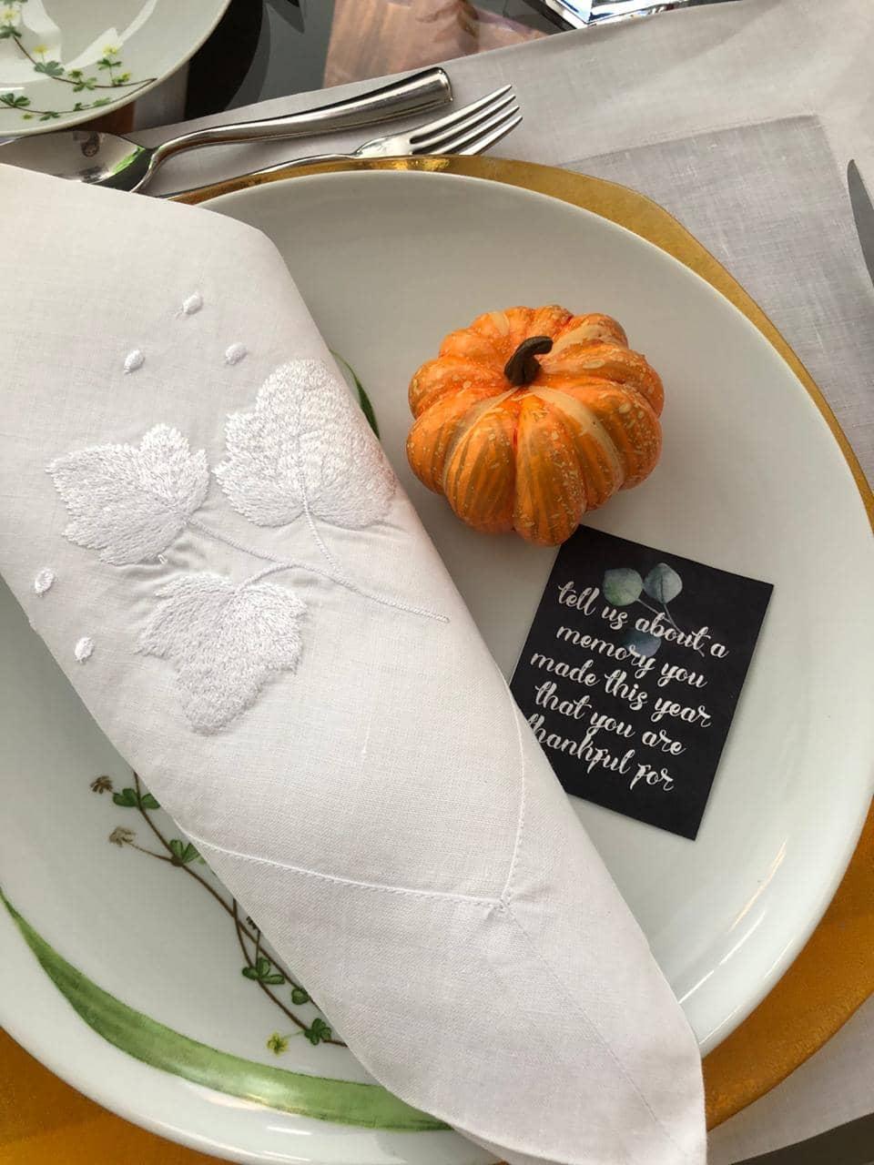 La decoración de mesa para Thanksgiving debe tener esos detalles que marcan la diferencia entre una mesa especial y una mesa normal. Una pequeña tarjeta sobre el plato o al frente de cada comensal con un bello mensaje hará el momento inolvidable!