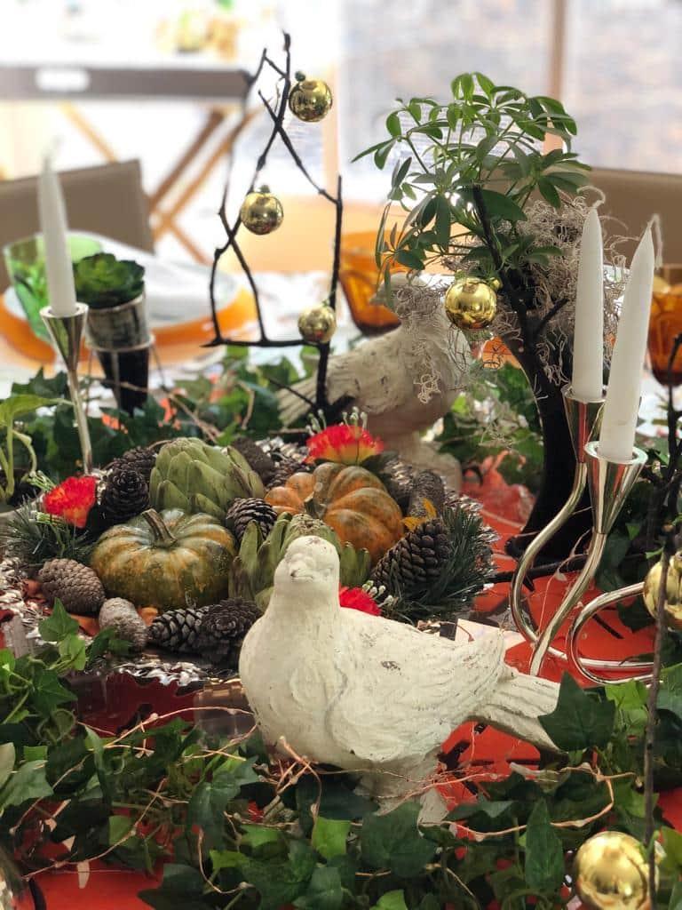 Qué ilusión poder celebrar una fecha tan especial con la familia. Para la decoración de mesa para Thanksgiving utiliza velas, hojas secas y verdes, calabazas, algunas bolitas doradas y piñones.