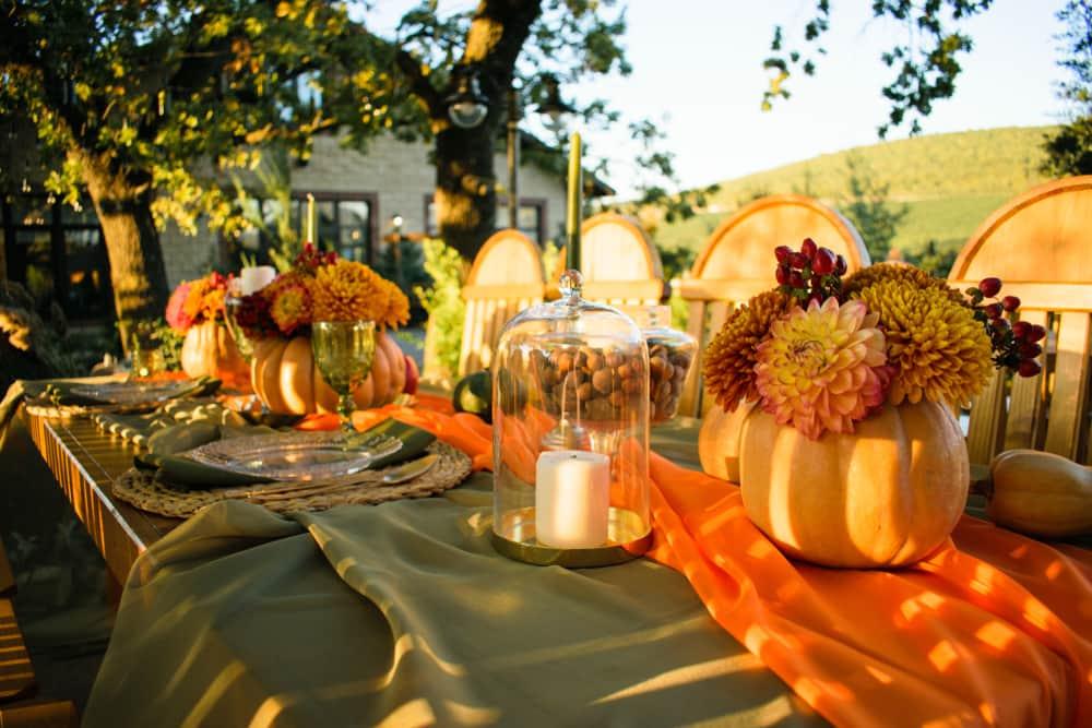 Los espacios exteriores son bellísimos para la decoración de Acción de Gracias. Utiliza un mantel verde olivo, calabazas, velas y crea una atmósfera especial para dar gracias por las bendiciones que tienes en tu vida.
