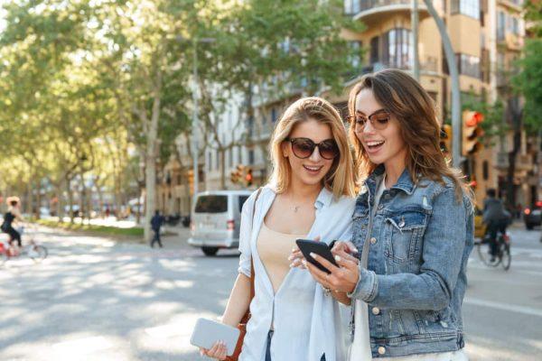 Estudios han demostrado que pasar tiempo en pantalla ilimitadamente es dañino para la salud. Los aparatos electrónicos usados irracionalmente aislan a las personas de su entorno y puede causar problemas a la salud mental.