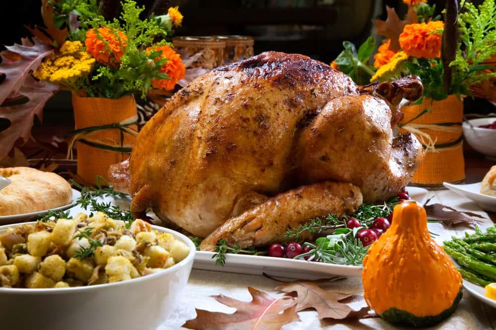El pavo horneado con hiervas no puede faltar en llas recetas de Thanksgiving, Es una tradición que une a las familias en un acto de amor y agradecimiento. El pavo horneado es el centro de atención de tan importante momento familiar.