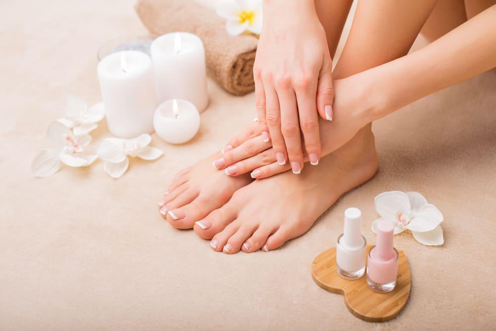 Uno de los yips para que la manicure y pedicure duren más es no usar esmaltes viejos.