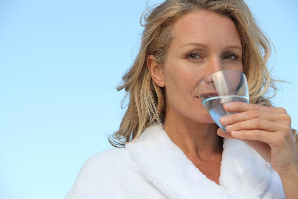 Tomar agua hidrata la piel y previene las estrìas. Dos litros al día es lo recomendado por los expertos.
