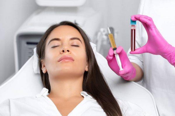 El tratamiento de plasma es una técnica no invasiva para rejuvenecer el rostro.