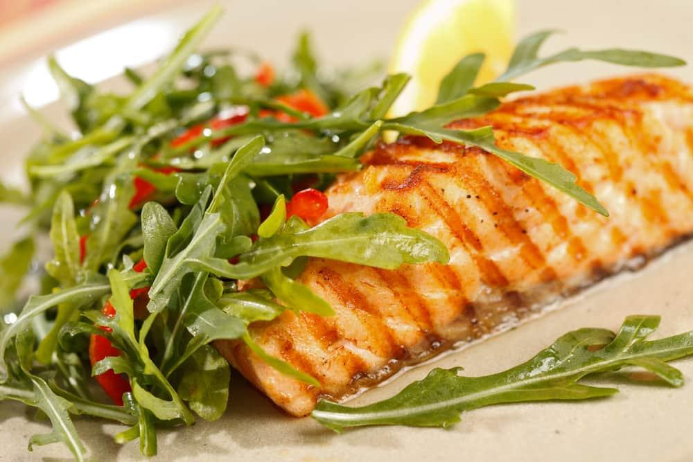 El salmón y una ensalada con color son una excelente opción de lo que es una buena alimentación. Incluye frutas y verduras frescas y prepárate para vivir más y mejor!