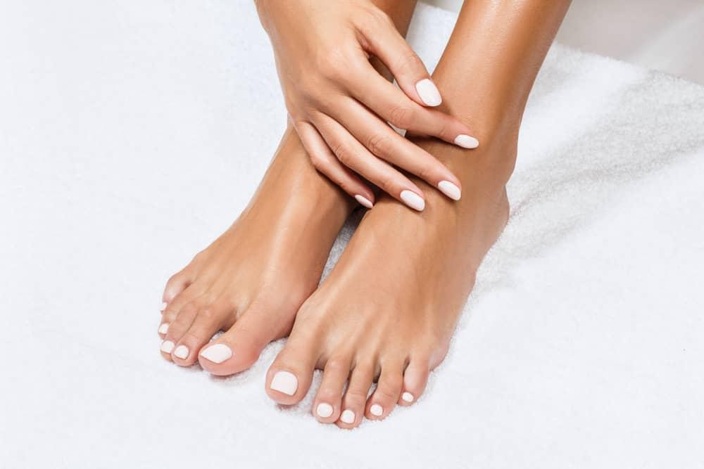 Los hongos en los pies es una afección más común de lo que pensamos. Una buena higiene mantiene los hongos alejados.