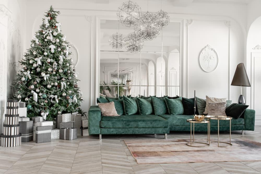 La sala es el punto focal de tu hogar y en donde debes elegir con sumo cuidado los arreglos de navidad