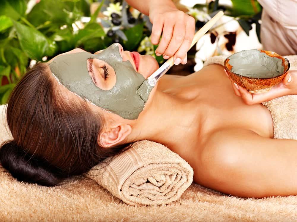 la mascarilla de barro debes aplicarla con los dedos o con una brocha de cerdas finas en el rostro y cuello y también puedes usarla en el cuerpo.