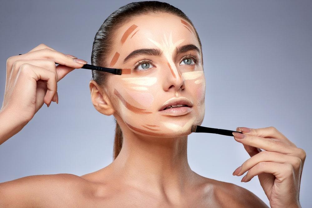 El maquillaje bien aplicado es un arte. Ahora acentuando el contorno de la cara para adelgazar o hacer efectos de lifting en tu rostro es tendencia.