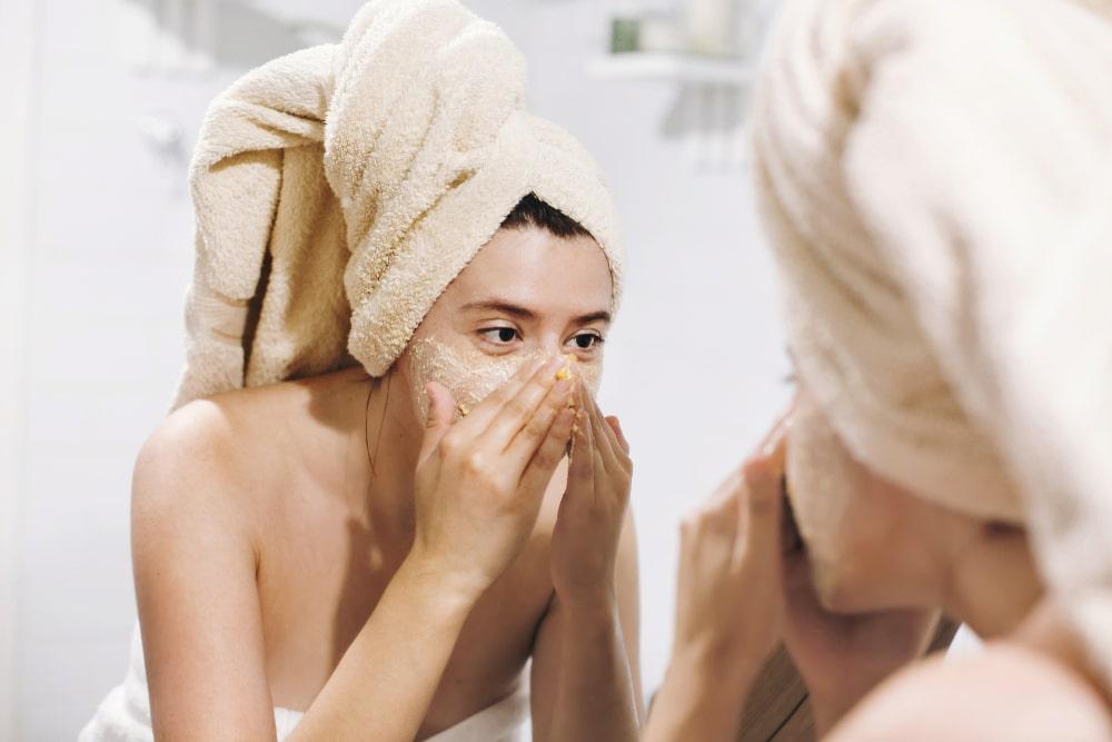 Hacerte una exfolición facial es una forma ideal para limpiar tu rostro profundamente.
