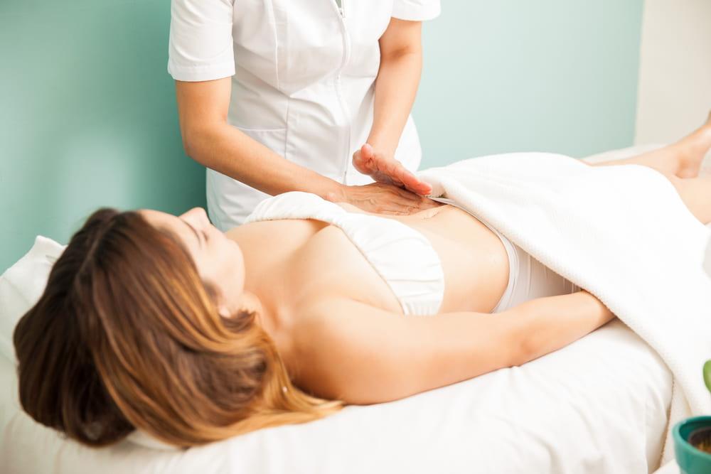El masajes linfático lleva el líquido retenido al sistema linfático y ayuda a reducir la inflamación de ciertas zonas.