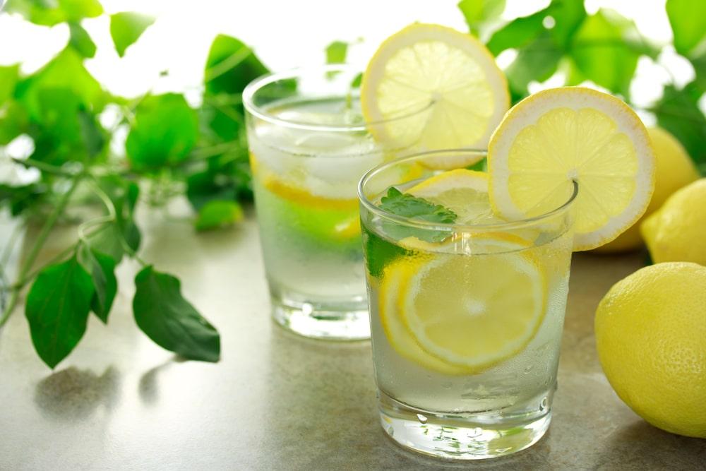 Tomar agua con limón en la mañana aporta vitamina C, antioxidantes y mucho bienestar a tu salud.