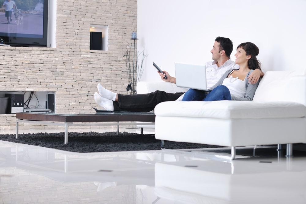 Uno de los hábitos que pueden envejecer prematuramente tu cuerpo es el sentarse horas frente a un televisor.