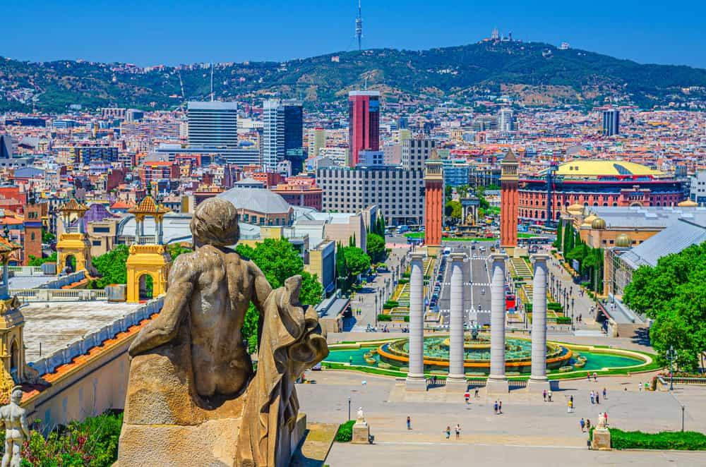 Sants Montjuic está ubicado en el sur de Barcelona y es uno de esos lugares de España llenos de magia y una luz especial.