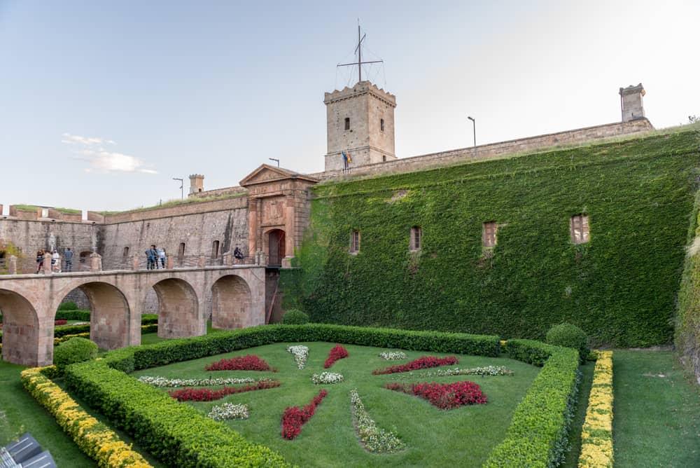 Cuando visites Sants Montjuic no dejes de ir al Castillo, antigua prisión y lugar de fusilamiento de los presos políticos del régimen franquista.