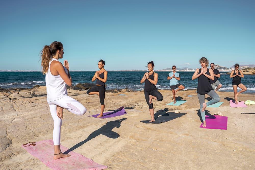 Hacer yoga al aire libre es una de las formas de cuidar tu salud y sentir bienestar integral en este año 2021