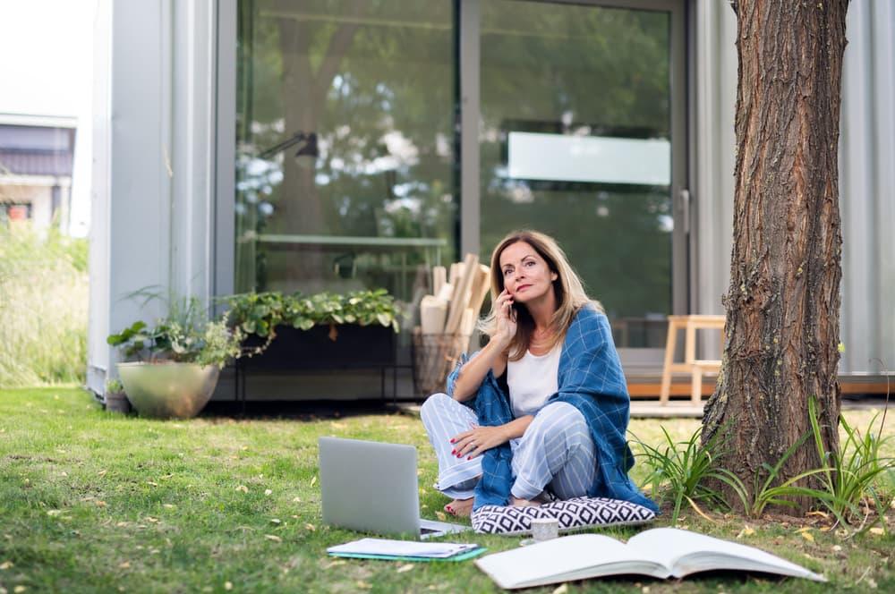 Se ha demostrado que permanecer sentados trabajando por largo tiempo crea problemas de salud innecsarios.