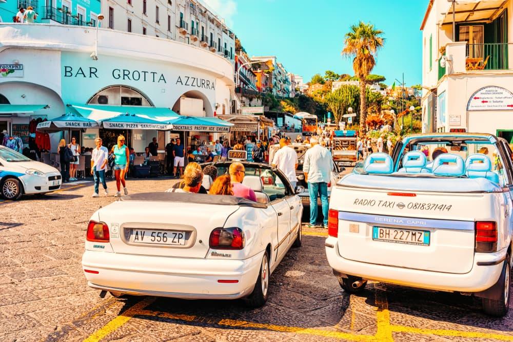 Visitar la Isla de Capri durante la primavera o el verano es volver a enamorarte. Es un destino lleno de bellezas naturales, gente glamorosa , restaurantes con un menú mediterráneo fresco. y exquisito. Esta hermosa isla se ha convertido en el destino preferido de muchas celebridades.
